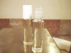 Make Dry Perfume Roll-on or Body Oil Spray Essential Oil Scents, Essential Oil Perfume, Perfume Oils, How To Make Homemade Perfume, Homemade Beauty, Perfume Recipes, Roll On Perfume, Perfume Making, Natural Cosmetics