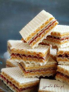 Wafelki z kajmakiem – Zjem to! Sponge Cake, Bread, Cookies, Recipes, Food, Crack Crackers, Biscuit Cake, Biscuits, Rezepte