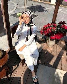 kendiyle mutlu olan insanın,kimseyle derdi olmazmış🧚🏻♀️ Muslim Fashion, Modest Fashion, Hijab Fashion Inspiration, Style Inspiration, Muslim Hijab, Hijab Styles, Hijab Outfit, Muslim Women, Wardrobes