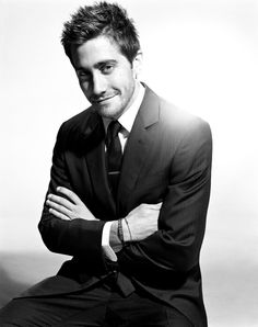 birthdays: Jake Gyllenhaal (b&w photos) Business Portrait, Corporate Portrait, Corporate Headshots, Mens Headshots, Model Headshots, Portrait Photography Poses, Man Photography, Photography Business, Jake Gyllenhaal