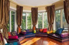 Vorhänge am Fenster Holzboden Sitzecke rund orientalischer Art