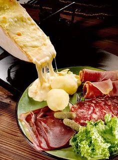 フランスやスイスの専門店では、このように大きなチーズの表面をあぶって、茹でたジャガイモ、各種ハムと一緒に食べます。 口直しには決まってきゅうりのピクルス。 美味しいけど、塩気も強いので食べすぎには気をつけてくださいね。