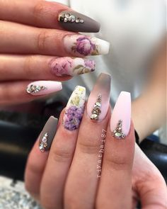 Make u feel a little springy with the color and flowers #riyasnailsalon