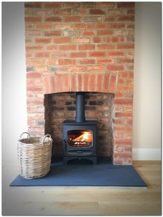 Great No Cost Brick Fireplace log burner Strategies Often it makes sense so that you can neglect this renovate! Rather than taking out a dated brick fireplace , not spend a Brick Fireplace Log Burner, Brick Hearth, Slate Hearth, Cottage Fireplace, Fireplace Hearth, Fireplace Design, Fireplace Ideas, Ideas For Fireplaces, Airstone Fireplace