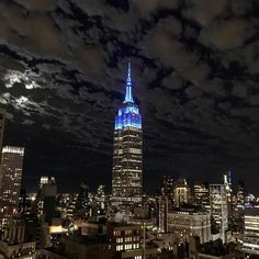 "5,488 Me gusta, 30 comentarios - Empire State Building (@empirestatebldg) en Instagram: ""Together with @theofficialstompoutbullying, we're glowing blue tonight for…"""