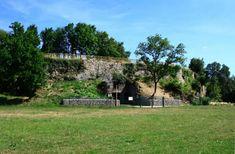 Le #château féodal de Pusignan ou Chastel-Vieil est un ancien château de terre, du 12e siècle.  Dès 1430, le château est au cœur d'un conflit oppoasant le prince d'Orange, qui souhaite conquérir le Dauphiné, et Raoul de Gaucourt, gouverneur du Dauphiné. Plus tard, le château change de propriétaire à plusieurs reprises. Le 29 juillet 1789, le château de #Pusignan est pillé et incendié par des brigands dauphinois #numelyo #vert #couleur #color #patrimoine #green