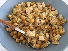 Día de legumbres  Se abre el turno de comidas  hoy lo empieza @alvarosv1234   GARBANZOS CON ARROZ Y POLLO AL CURRY Mi forma de hacerlo es muy sencilla! Los garbanzos (ya cocidos) los pongo en una bandeja y los hago al horno con un poco de aceite de oliva, sal, curry y comino , hasta que están doraditos.  Sofrío en el wok una cebolla en juliana y el pollo a trocitos. Cuezo un poco de arroz basmati. Termino mezclando todo el wok con un poco más de curry y rectifico el punto de ...