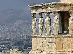 Antigo templo grego no lado norte da Acrópole de Atenas na Grécia