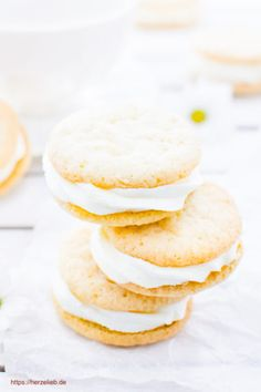 Kekse Rezepte, Plätzchen Rezepte: Rezept für gefüllte Zitronenkekse von herzelieb. Diese Kekse sind wie der Sonnenschein! Mit der cremigen Füllung sind ganz besondere Kekse #kekse #plätzchen #zitrone