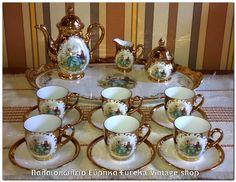 Πορσελάνινο σερβίτσιο, γερμανικής προέλευσης, μεγέθους για ελληνικό καφέ ή εσπρέσο με δίσκο σερβιρίσματος, ρομαντικό διάκοσμο και χρυσό. Το σετ είναι σε πολύ καλή κατάσταση, η πορσελάνη είναι εξαιρετικής ποιότητας, το χρυσό είναι πραγματικά φύλλα χρυσού. Όλα τα κομμάτια έχουν μικρό μέγεθος εκτός από τον δίσκο.