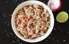 Ensalada tailnadesa de atún: lata de atún, pimiento rojo, cebolla roja, pepino, aceite de sésamo, zumo de lima. Sal y pimienta y semillas de sésamo.
