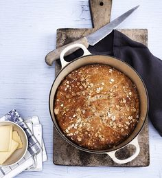 Hemmeligheden bag verdens saftigste brød er, at det er tilberedt i en gryde i ovnen. Du kan også lave det lækre grydebrød.