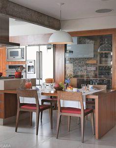 Com cores alegres, materiais práticos e mesas generosas, essas cozinhas convidam a refeições demoradas. Inspire-se em nove projetos em que o convívio e a integração imperam