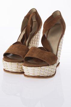 Sandales plateforme incrusté or et suède, STUART WEITZMAN * Romanesque platform sandals with ankle straps, STUART WEITZMAN, $575 *  Platform sandals with gold and suede inlay, STUART WEITZMAN, $575
