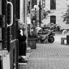A #cook taking his #break in the #Chinatown of #Montréal #City ! Un #cuisinier prenant sa #pause dans le #quartier #chinois de la #ville de #Montréal ! #streetphotography #blackandwhite #noiretblanc #StraigtOfLR #adobe #lightroom #canon📷 #550D #travel #voyage #photography
