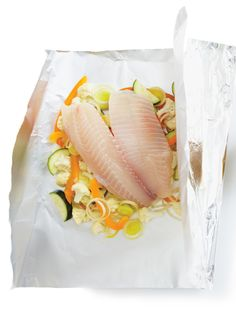 Fish en Papillote with Curry Dressing Recipes Fish Recipes, Seafood Recipes, Detox Fruits, Healthy Cooking, Cooking Recipes, Ricardo Recipe, Confort Food, E Recipe, French Tips
