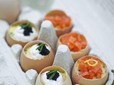 Gekochte Eier mit Sauerrahm, Kaviar und Lachs ist ein Rezept mit frischen Zutaten aus der Kategorie Meerwasserfisch. Probieren Sie dieses und weitere Rezepte von EAT SMARTER!