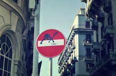 A Napoli i cartelli stradali cambiano volto… in una notte! http://tuttacronaca.wordpress.com/2014/02/26/a-napoli-i-cartelli-stradali-cambiano-volto-in-una-notte/
