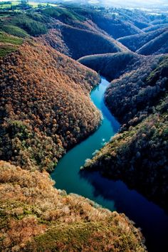 Flying into our next destination SPAIN! Sil River crossing over the Ribeira Sacra (Galicia, Spain) is a spectacle. Beautiful Sites, Beautiful Places In The World, Wonderful Places, Madrid, Santa Cruz Bolivia, Paraiso Natural, Spain And Portugal, Murcia, Culture Travel