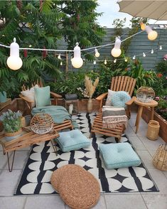 Cozy nature-filled outdoor patio area with string lights - Modern Design Balkon Design, Outdoor Living, Outdoor Decor, Room Colors, Cozy House, Cheap Home Decor, Home Decor Accessories, Outdoor Gardens, Cozy Furniture