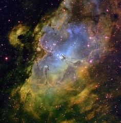 뱀자리에 있는 독수리성운이다. 저기 가운데 살짝 왼쪽에 있는 기둥같은것의 이름이 '창조의 기둥'이다. 자세히 보면 돌기같은것이 많은데 이것은EGG(Evaporating Gaseous Globules)라고 하는데 이곳에서 새로운 별들이 탄생된다. 또 이곳은 성운과 성단이 함께 있는곳으로써 천문학적으로 매우 중요하다고 한다. 어쨌거나 너무 아름답다. 진주빛깔의 색체와 오묘한 황토&녹색들, 또 전체적으로 퍼진 붉은 별들이 조화로워져서 그림같은 장면을 연출했다. 자연=예술 이라는 말을 단적으로 보여주는 사진이다.