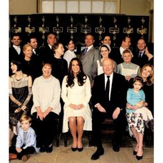 The Duchess of Cambridge poses with cast, crew and producers of Downton Abbey | March 12,2015. ❤ #katemiddleton #duchessofcambridge #2ndpregnancy