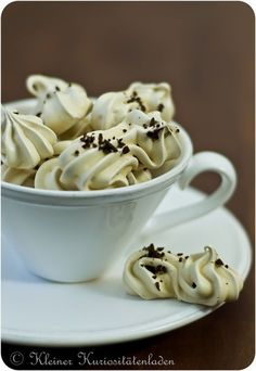 Espresso meringue is not only perfect for utilizing protein, it also tastes great and is a great gift for coffee fans Desserts For A Crowd, Food For A Crowd, Healthy Dessert Recipes, Healthy Desserts, Pastry Recipes, Cake Recipes, Batatas Hasselback, Pavlova, Nutella