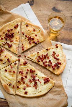 Ein gelingsicheres Flammkuchen Rezept aus der Elsass mit Creme fraiche, Zwiebeln und Speck. Ganz einfach & schnell zubereitet, mit Schritt-für-Schritt Fotos.