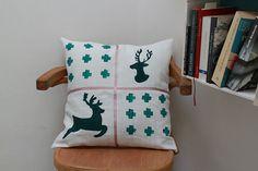 Housse de coussin avec cerfs et croix peints à par UnChatsurleToit