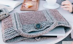 Book Beginners Easy Knits 6 Autumn / Winter   12: Home Laptop Cover   Pale brown / Pale green