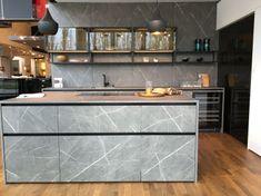 ewe Concreto   ewe Schauraum   ewe Küchen Küchen Design, Kitchen Island, Home Decor, Garage, Dark Kitchens, Kitchen Inspiration, Kitchen Contemporary, Countertop, Home Kitchens