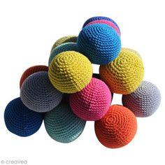 Suivez ce tuto spécial crochet pour apprendre à réalier de jolies petites balles crochetées. Très souples et colorées, ces petites balles amuseront beaucoup les enfants.