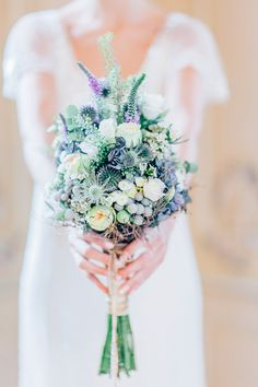 Hochzeitsinspiration in Blau und Gold | Friedatheres.com Foto: Anja Schneemann Flowers: Milles Fleurs