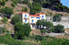 Appartamento a Argostolion, Grecia. Ionian View Apartments are set in one of the most picturesque settings on Kefalonia Island boasting amasing sea views. The accommodation is exceptionally well situated in Agios Konstantinos above the beach and near to the capital of Argostoli at 7...