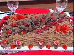 Receita de Bolo Mousse de Morango com Chocolate branco - bolo em 03 discos iguais. Modo de preparo da calda para umedecer o bolo: Misture bem os três ingredientes e reserve. Modo de preparo do...