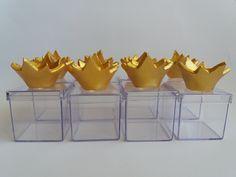 Caixinha de acrílico decorada com coroa dourada em biscuit.