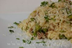 Particolare risotto salsiccia piselli e zafferano con formaggio