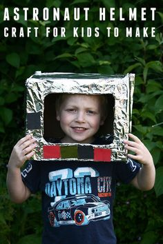 Simple junk model craft for kids to make a astronaut helmet.Use materials from around the house to create this quick and easy craft with kids. Space Crafts For Kids, Rainy Day Crafts, Crafts For Kids To Make, Kids Diy, Astronaut Craft, Astronaut Helmet, Printable Activities For Kids, Science Activities For Kids, Space Activities