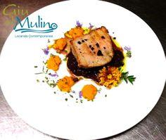 La proposta di Nives Baglivo, Executive chef del Ristorante Giù al Mulino: Un piatto come un quadro: a tutto colore con il cuore di tonno su cipolle brasate, fave di cacao e salsa alle carote
