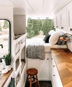 Best Camper Van Layouts for Families Are you interested in doing van life with your family? Learn the 5 most important things to consider and check out the best family camper van layouts! - Best Camper Van Layouts for Families Kombi Trailer, Kombi Motorhome, Vintage Motorhome, Vintage Rv, Vintage Campers, Camper Trailers, Van Conversion Interior, Camper Van Conversion Diy, Van Conversion With Bathroom