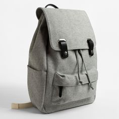Stabiler Twill und gezielt platzierte Lederdetails prägen das Aussehen desTwill Snap Backpacks von Everlane. In dem klassischen Rucksack ist ausreichend Platz, um ein 15″ Laptop zu verstauen…
