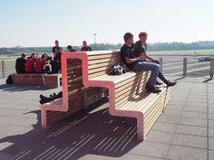 Het dakterras van het Drenthe College in Assen is ingericht met straatmeubilair uit de FalcoLinea serie. Garden Furniture, Outdoor Furniture Sets, Outdoor Decor, Sun Lounger, College, Lawn Furniture, Chaise Longue, University, Outdoor Furniture