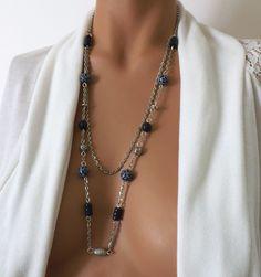 c399bd984fc3 Collier long bleu marine et blanc, un bijou chic et élégant, perles faites  à. Un grand marché