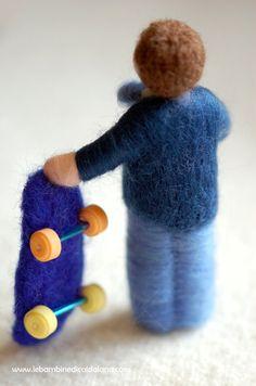Elegante piccolo bambino con skateboard, in lana fiaba unico nel suo genere, realizzato interamente a mano con cura e amore secondo i principi della pedagogia Waldorf. Ideale articolo regalo, e bomboniera dona un sorriso a chi lo riceve e impreziosisce il suo mondo. Il calore e