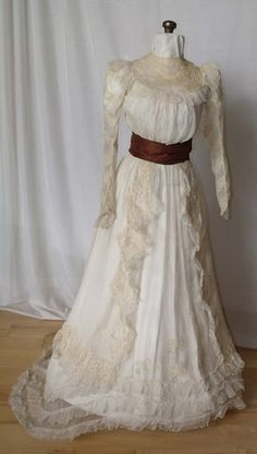 the dress Georgiana Mayhew Duncan wore in the portrait made when she graduated La Salle in 1906