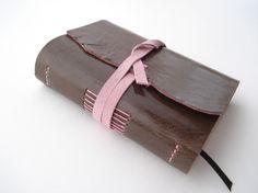 Tagebuch aus Leder Lederbuch Notizbuch Gästebuch mokkabraun außen und rosafarben innen.