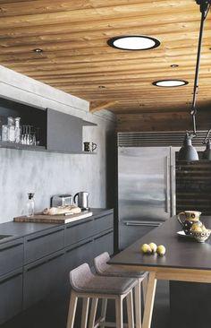 Une table-bar dans la cuisine aux lignes modernes - Confort chic pour maison en bois à la montagne - CôtéMaison.fr