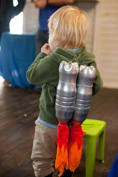 Jet Pack (Catch My Party): Cute idea for the birthday boy or other party guests; make a jet pack out of spray-painted bottles and red and orange tissue paper or fabric. Great for an outer space birthday party, astronaut party, alien theme, rocket party, a Alien Party, Astronaut Party, Diy Astronaut Costume, Astronaut Halloween, Astronaut Helmet, 4th Birthday Parties, Boy Birthday, Festa Hot Wheels, Outer Space Party
