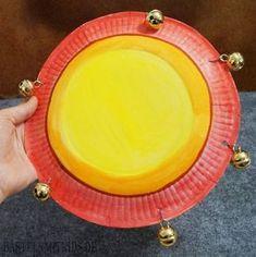 Musikinstrumente basteln mit Kindern. Einen Schellenring aus einen Papierteller.