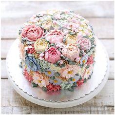 Dieser Blumentorte sieht so lecker aus! – Wedding Cakes – This flower cake looks so delicious! Fancy Cakes, Cute Cakes, Pretty Cakes, Wedding Cakes With Cupcakes, Cupcake Cakes, Cupcake Wedding, Diy Wedding Cake, Sweets Cake, Wedding Cake Designs